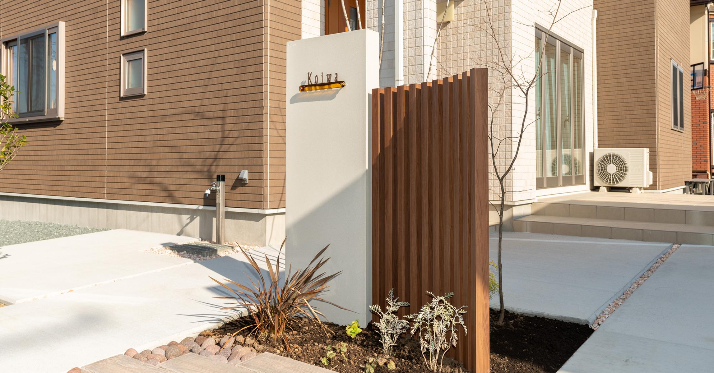 当社オリジナルのFRP製・門柱とアルミ製・ポールを組み合わせたデザイン