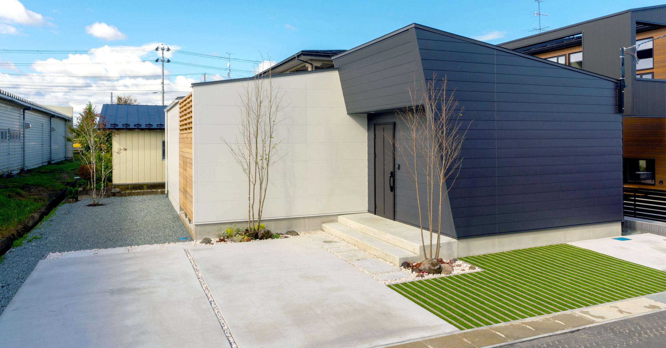 来客用駐車スペース (2台分のコンクリート土間+人工芝グラスボーダー)