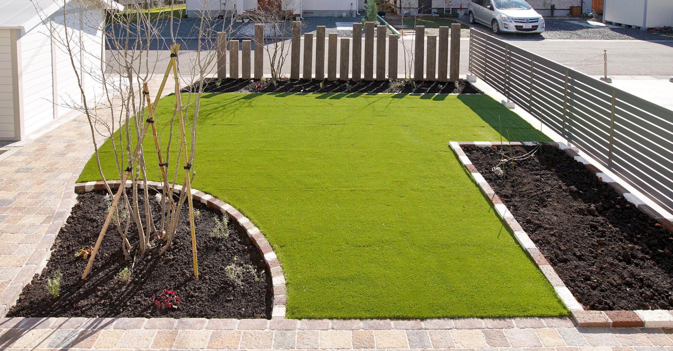 緑が好きなお客様のための植栽花壇と人工芝