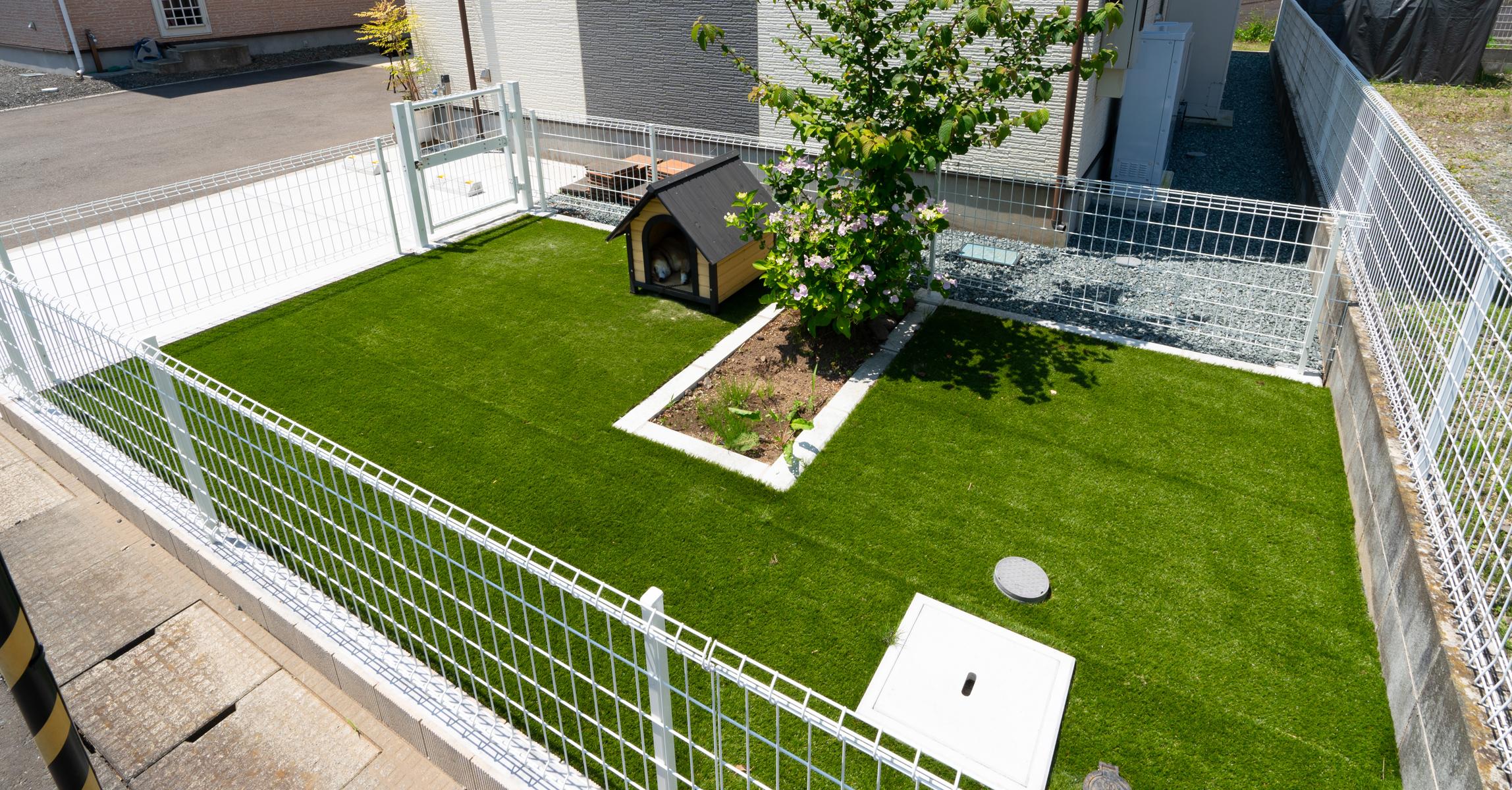 人工芝とメッシュフェンスのドッグランスペース