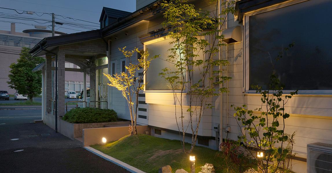 狭いスペースをライトアップすることで幻想的な庭園へ